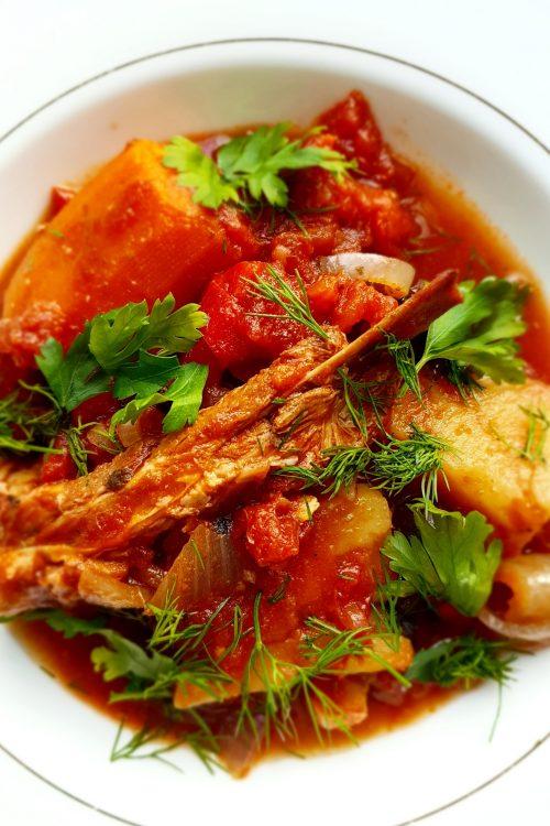 Mâncărică de coaste de vițel, cartofi și bolbotine din supă si sosuleț cu roșii, ceapă, kapia și măslinuțe.