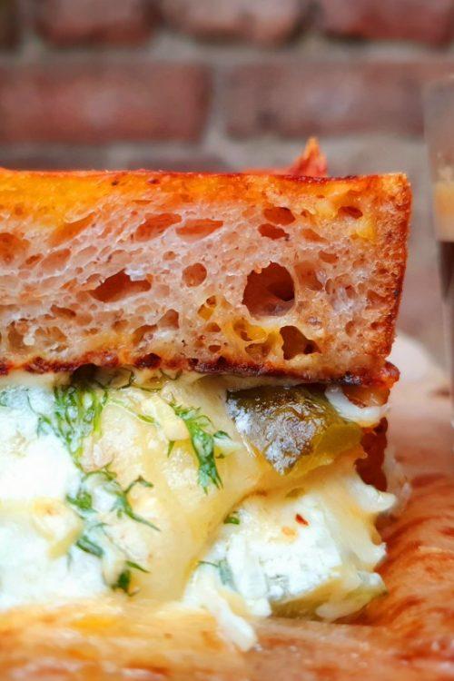 Sandviș grill cu brânzeturi, castraveți murați prăjiți și un pic de chelcășoz