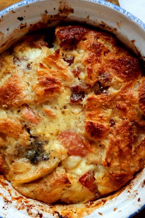Prăjitură din croissant, cu gutuie, măr și spaisuri orientale