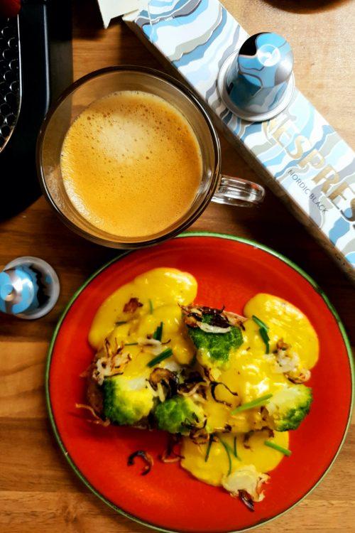 Sandviș cu scrambled eggs, conopidă verde, gorgonzola și praz caramelizat
