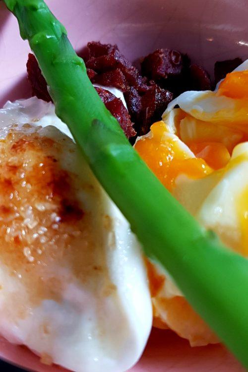 Ou în cănuță cu chorizo crocant, sparanghel și burrata caramelizată