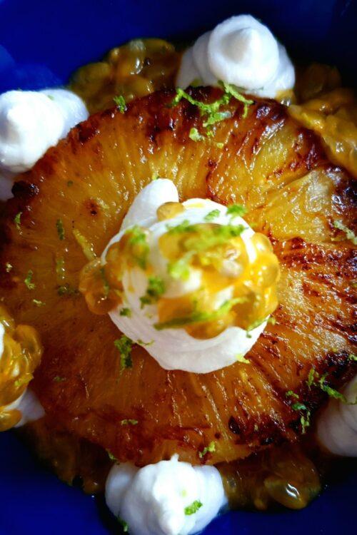 Ananas caramelizat, cu spumă de lapte de cocos și fructul pasiunii. Desert pentru dimineți de vară. Și aș mai spune ceva și despre cafea cu gheață, dar e titlul prea lung.